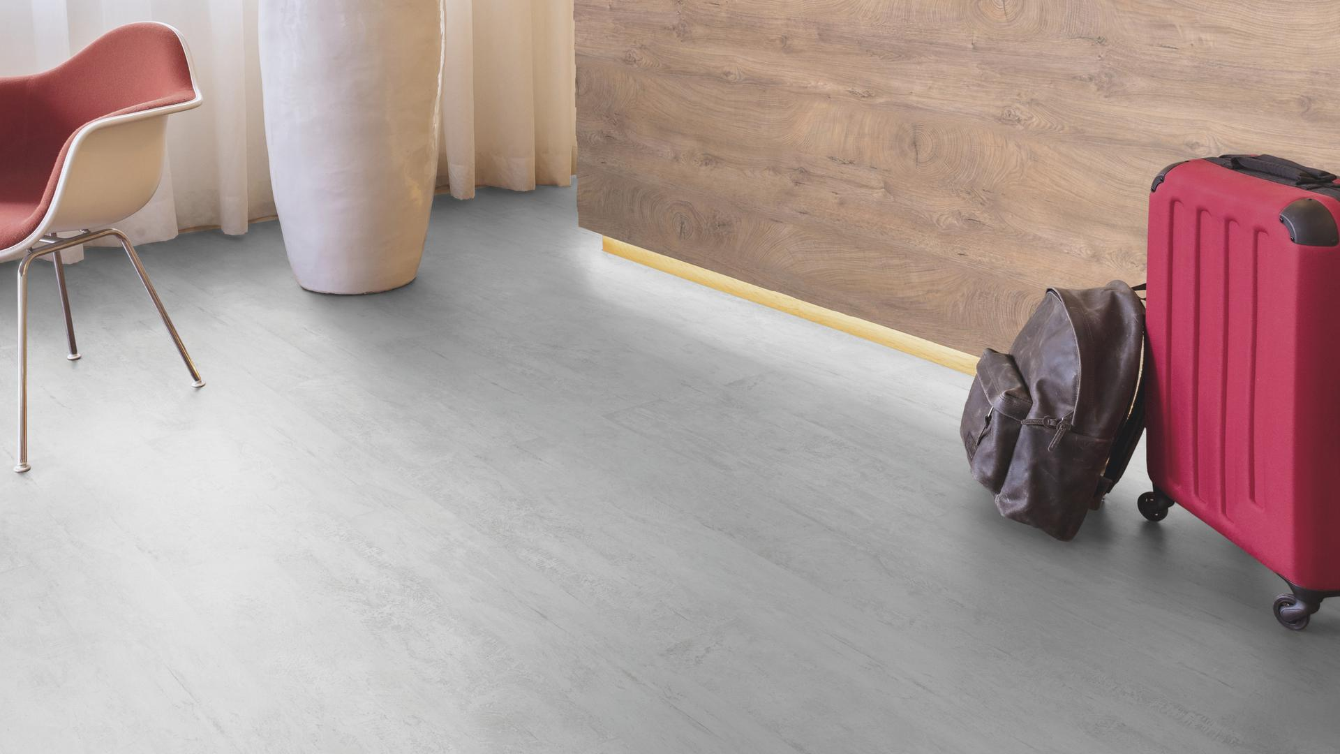 Raumaufnahme Rezeption Laminatboden Easy Touch O840 Beton Orbetello HLM