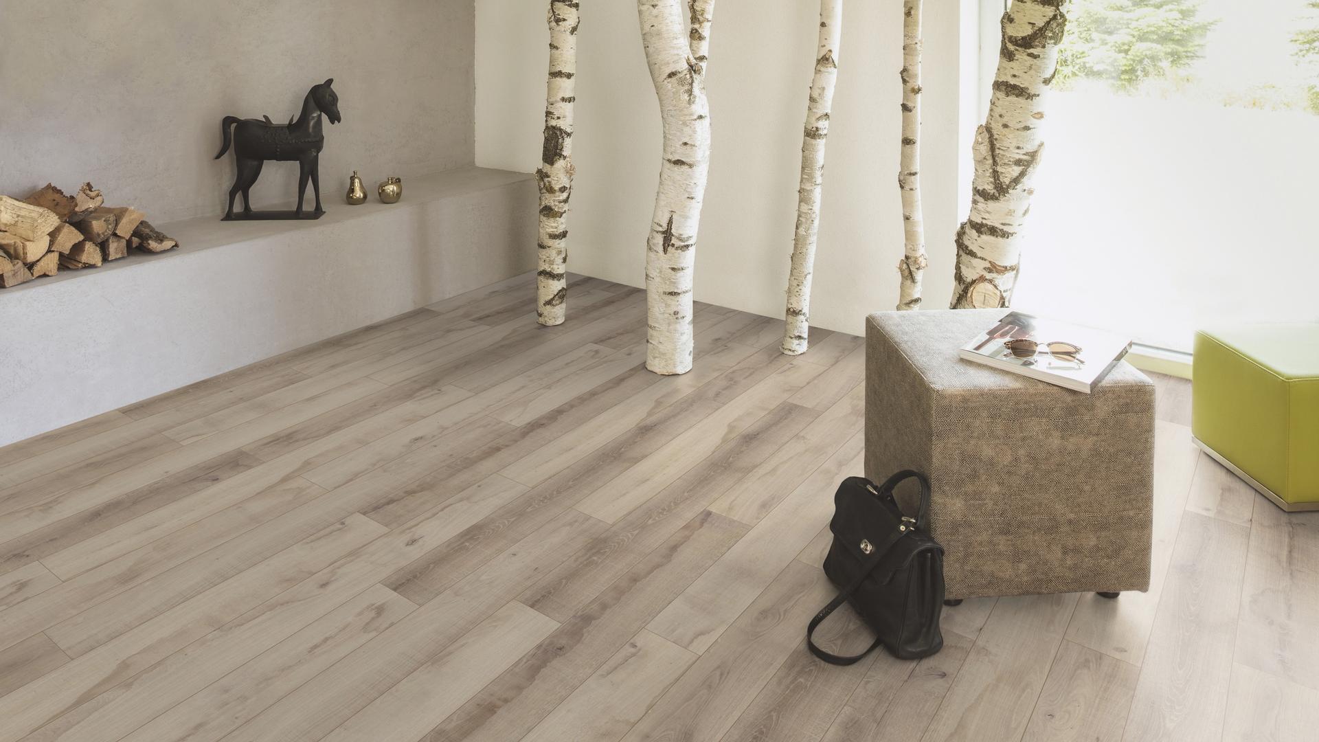 Raumaufnahme Wohnzimmer Laminatboden Classic Touch K4429 Eiche Native Sand VS
