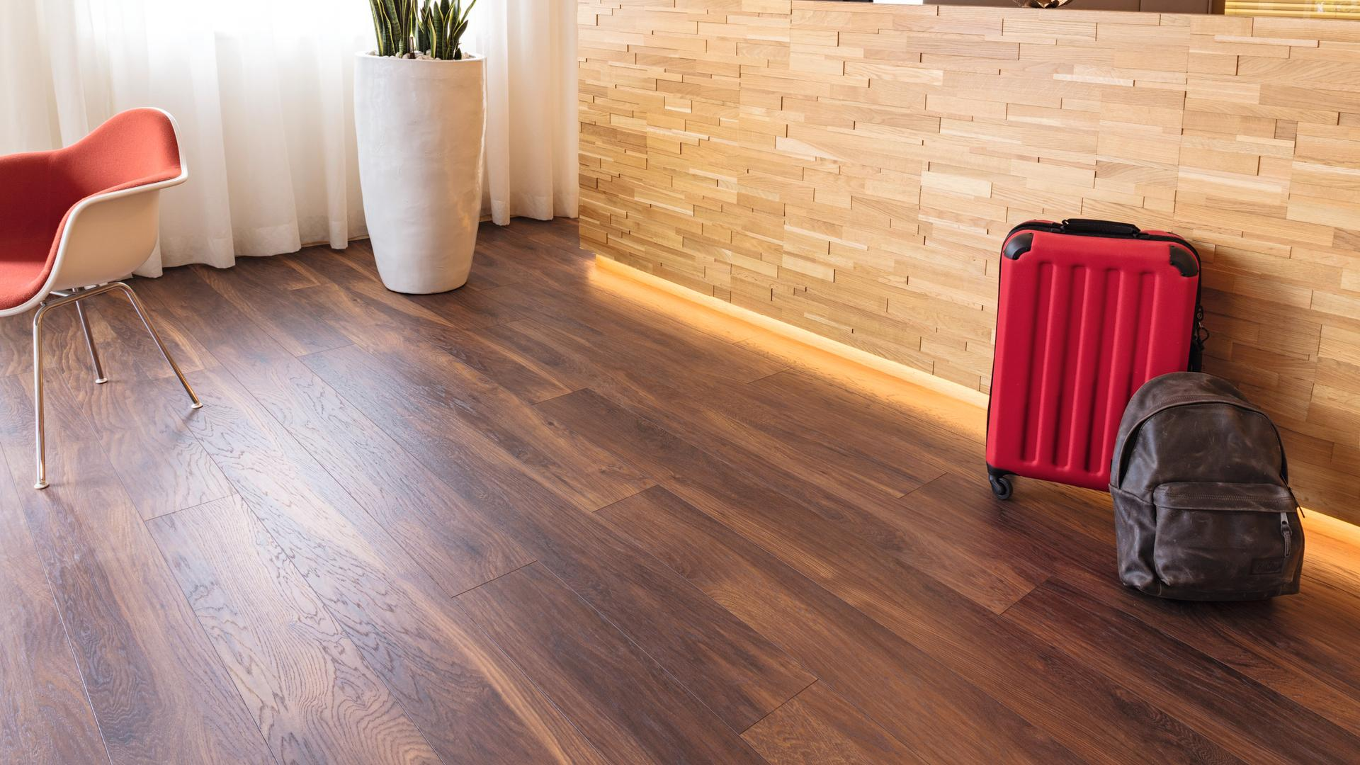 Raumaufnahme Rezeption Laminatboden Natural Touch 38156 Hickory Mood LH